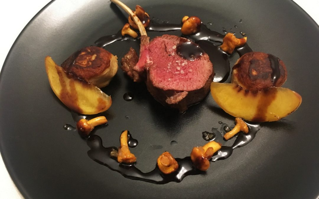 Rücken vom Hirschkalb mit Kartoffel-Walnuss-Praline, frischen Pfifferlingen und einer vegetarischen Jus